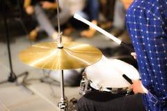 Игра мальчика барабанчики Стоковое Изображение RF
