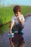 Игра мальчика в воде стоковые изображения rf