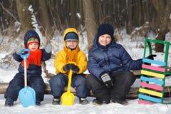Игра мальчика на снеге Стоковые Изображения