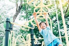 Игра мальчика с баром желтого цвета вида Стоковая Фотография RF