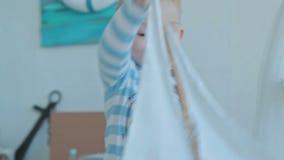Игра мальчика с кораблем игрушки сток-видео