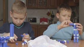Игра мальчиков в дизайнере видеоматериал