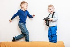 Игра мальчиков с камерой Стоковая Фотография RF