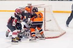 Игра между командами хоккея на льде детей Стоковые Фото