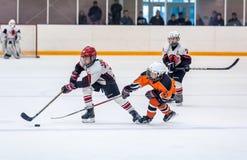 Игра между командами хоккея на льде детей Стоковая Фотография