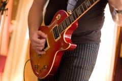 игра музыканта 2 гитар Стоковое фото RF