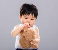 Игра младенца с медведем куклы Стоковые Изображения RF