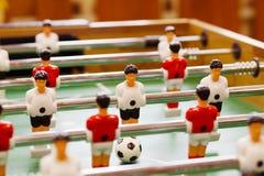 Игра настольного футбола с желтыми и красными игроками и белым голкипером Футбольный матч таблицы Социальное и эмоциональное разв стоковое фото rf