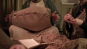 Игра на барабанщике музыкального инструмента r Традиционный инструмент барабанчика сток-видео