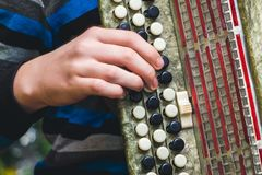 Игра на Bayan, конце-вверх, руке и ключах стоковые фото