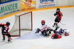 Игра около строба Хоккей на льде детей Стоковые Изображения