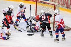 Игра около строба Хоккей на льде детей Стоковые Фото