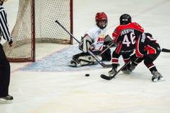 Игра около строба Хоккей на льде детей Стоковые Фотографии RF