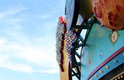Игра освещает на тематическом парке или ярмарке, месте потехи для воссоздания семьи стоковое фото