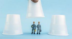 Игра острословий с 3 стеклами пластмассы, диаграммами эскизом людей, схематическим изображением Стоковые Фотографии RF