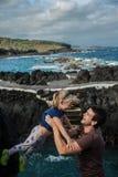 Игра отца и маленькой девочки около океана подпирает в Garachico Стоковые Изображения RF