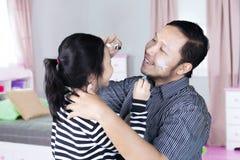 Игра отца с дочерью в спальне Стоковая Фотография