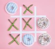 Игра пальца ноги Tik tak с donuts и спаржей Жулик питания здоровья Стоковые Фотографии RF