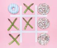Игра пальца ноги Tik tak с donuts и спаржей Жулик питания здоровья Стоковая Фотография