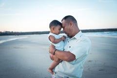 Игра папы и сына на пляже стоковые изображения rf