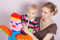 Игра ребенка и матери забавляется совместно стоковые фотографии rf