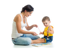 Игра ребенк и матери вместе с игрушкой головоломки Стоковое фото RF