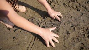 Игра ребенк песок видеоматериал