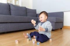 Игра ребёнка Азии с блоком игрушки Стоковые Изображения RF