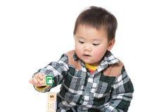 Игра ребёнка Азии с блоком игрушки Стоковые Фото