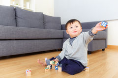 Игра ребёнка Азии с деревянным блоком игрушки Стоковые Изображения RF