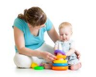 Игра ребёнка и мамы с игрушкой конструкции установленной Стоковое Изображение