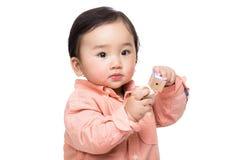 Игра ребёнка с деревянным блоком игрушки стоковые изображения rf