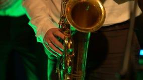 Игра саксофониста на золотом саксофоне Представление в реальном маштабе времени сток-видео