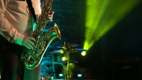 Игра саксофониста на золотом саксофоне Представление в реальном маштабе времени видеоматериал