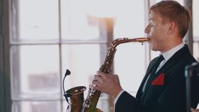 Игра саксофониста на золотом саксофоне Представление в реальном маштабе времени Музыкант художника джаза видеоматериал