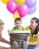 Игра семьи на вечеринке по случаю дня рождения и играть с сыном Стоковые Изображения RF