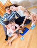 Игра семьи на игре lotto Стоковые Изображения RF