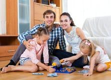Игра семьи на игре lotto Стоковые Фото