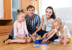 Игра семьи на игре lotto Стоковая Фотография