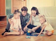 Игра семьи на игре lotto Стоковая Фотография RF