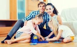 Игра семьи на игре lotto Стоковое фото RF