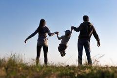 Игра семьи на небе предпосылки Стоковое Изображение