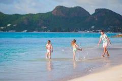 Игра семьи на пляже Стоковая Фотография RF