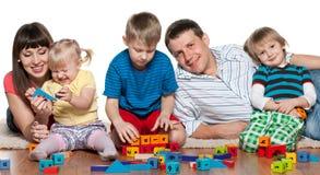 Игра семьи на поле Стоковые Фотографии RF