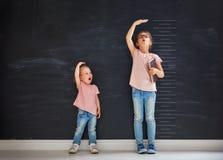 Игра сестер совместно стоковое фото