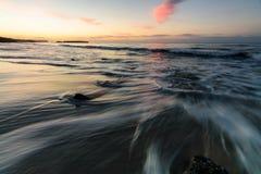 игра с волнами моря стоковые изображения