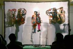 Игра тени кукольного театра в Индии стоковые изображения