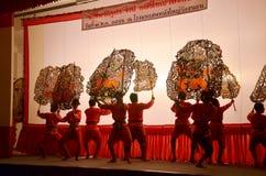 Игра тени марионеток Nang Yai на Национальном музее Wat Khanon, Ratcha Buri Таиланде Стоковое Фото