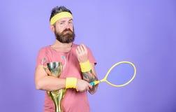 Игра тенниса выигрыша Обмундирование спорта носки хипстера человека бородатое Успех и достижение Победитель спички тенниса Достиг стоковые фото