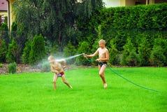 игра травы мальчиков Стоковые Изображения RF